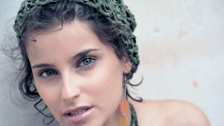 Nelly Furtado Wet Lips And Wearing Long Earings Face Closeup